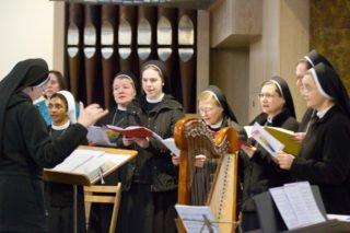 Die Schola unter Leitung von Schwester Theresita Maria Müller gestaltet den Gouttesdienst mt. Foto: SMMP/Ulrich Bock