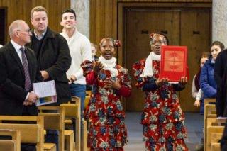 Die beiden mosambikanischen Schwestern Ester und Luisa tragen das Evangeliar nach dem Brauch aus ihrer Heimat singend zum Altar. Foto: SMMP/Ulrich Bock