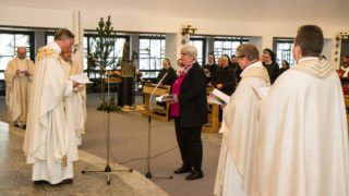 Schwester Hanna tritt zu der Ewigen Profess vor den Altar. Foto: SMMP/Ulrich Bock