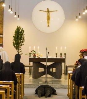 Demütig liegt die Profess-Schwester vor ihren Gelübden vor dem Altar. Foto: SMMP/Ulrich Bock