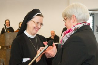 Generaloberin Schwester Maria Thoma Dikow steckt Schwester Hanna den Ring als äußeres Zeichen der Ewigen Profess an. Foto: SMMP/Ulrich Bock