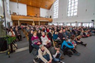 Fast 500 Besucher saßen am Karfreitag dicht gedrängt in der Dreifaltigkeitskirche. Foto: SMMP/Bock
