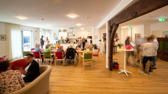 Tag der offenen Tür in Bökenförde: Viel Betrieb in der Wohnküche. (Foto: SMMP/Beer)