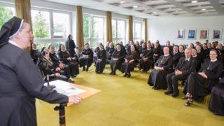 Sr. Johanna Guthoff begüßt die Jubilarinnen und die zahlreichen Gäste im Felsensaal des Bergklosters Bestwig. Foto: SMMP/Ulrich Bock