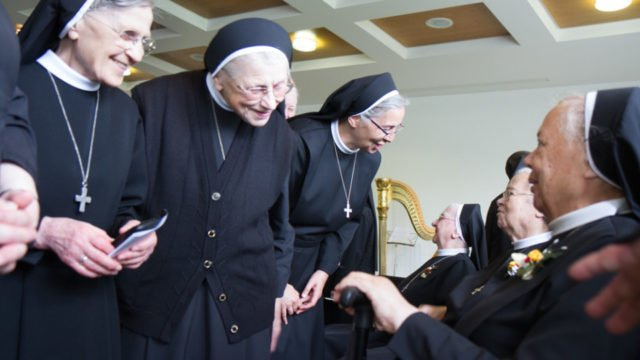 Nach dem Festgottesdienst und den Grußworten haben alle Schwestern und Gäste Gelegenheit, den Jubilarinnen zu gratulieren. Foto: SMMP/Ulrich Bock