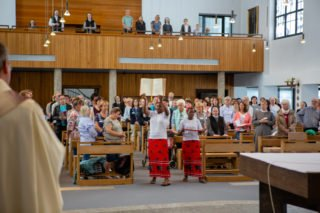 Schwester Argentina und Schwester Tánia tanzten und sangen das Evangeliar zum Altar. (Foto: Beer/SMMP)
