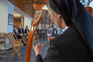 Harfenmusik und Erzählungen aus der Bibel gab es in der Dreifaltigkeitskirche.