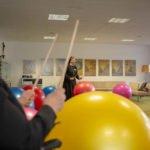 Schwester Theresita Maria stellt in ihrem Workshop den Pezziball als Musikinstrument vor.