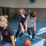 Physiotherapeutin Swart auf dem Ball.
