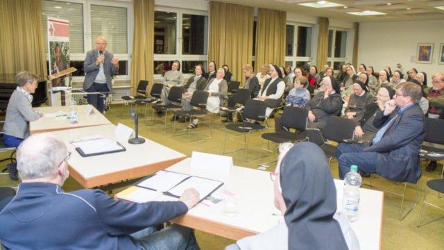 Moderator Ulrich Klauke (stehend) führte durch eine interessante spannende Diskussion. Foto: SMMP/Ulrich Bock