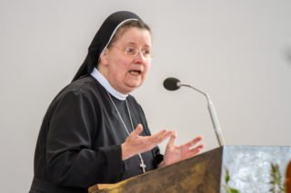 Schwester Johanna Guthoff begrüßt die Mitschwestern und zahlreichen Gäste in der Dreifaltigkeitskirche. Foto: SMMP/Ulrich Bock