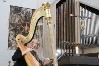 Besininliche Harfenklänge von Schwester Theresita Maria Müller stimmen auf den Vortrag ein. Foto: SMMP/Ulrich Bock