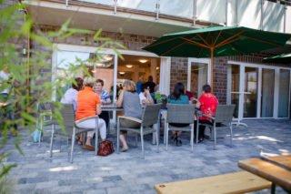 Schattiges Plätzchen: Der Garten der Senioren-WG liegt windgeschützt und bietet Sonne und Schatten. (Foto: SMMP/Beer)