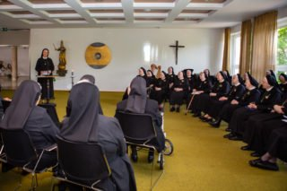 Generaloberin Schwester Maria Thoma Dikow dankte den Jubilarinnen im Namen der Ordensgemeinschaft für ihr Lebenszeugnis. (Foto: Beer/SMMP)