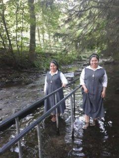 Auch die Schwestern suchen Abkühlung. Die Bolivianischen Schwestern Betty Castillo Barja (l.) und Lizeth Villaroeal Cartagena, derzeit als Missionarinnen auf Zeit in Deutschland, nehmen ein Fußbad in der Kneippanlage bei Ostwig. Foto: SMMP