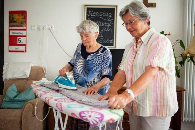 Die Mieter können sich an der Hausarbeit beteiligen.