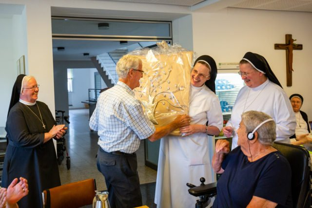 Mit einem silbernen Baum bedankten sich heute die Schwestern der heiligen Maria Magdalena Postel Bei Frans und Cor van de Sande für 25 Jahre Unterstützung durch Sach- und Geldspenden. (Foto: SMMP/Beer)