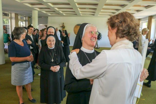 Anschließend nutzen zahlreiche Schwestern und Gäste die Gelegenheit, Schwester Ruth zur Profess zu gratulieren. Foto: SMMP/Ulrich Bock