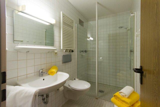 Alle Zimmer verfügen über ein eigenes Badezimmer mit Dusche und WC.