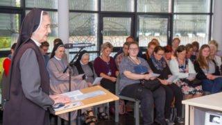 Schwester Adelgundis Pastusiak begrüßt die Besucherinnen und Besucher. Foto: SMMP/Ulrich Bock