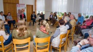Am Nachmittag teilen sich die Besucher auf verschiedene Gesprächsrunden auf. Diese diskutiert über das Angebot Missionar/in auf Zeit. Foto: SMMP/Christian Uhl