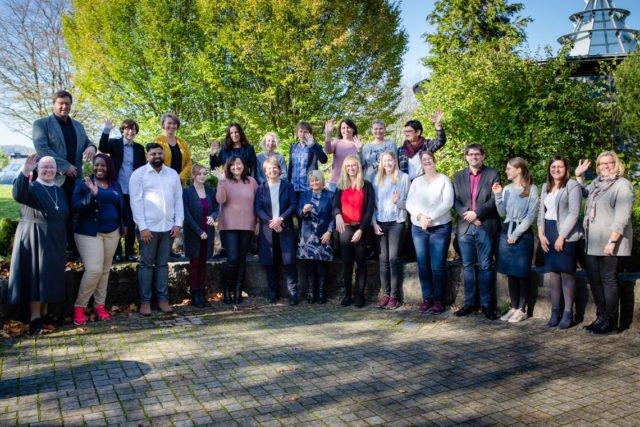 Elf Altenpflegerinnen und Altenpfleger freuen sich zusammen mit ihren Praxisanleitern und der Geschäftsführung über den Abschluss ihrer Ausbildung bei der Seniorenhilfe SMMP. (Foto: SMMP/Beer)