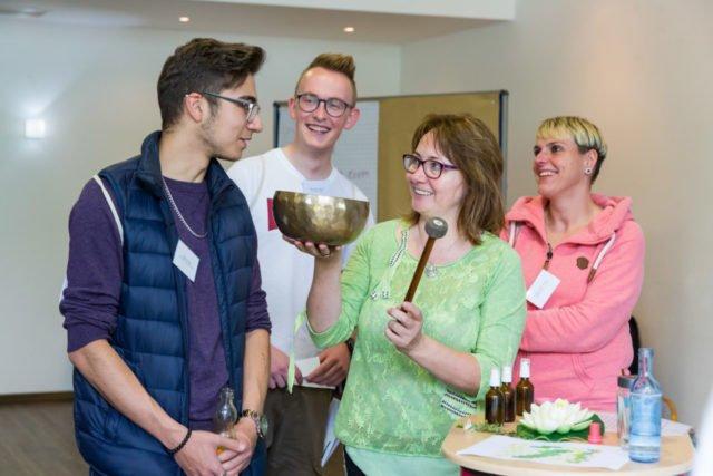 Beim Azubitag kommen die Auszubildenden mit vielen Experten zusammen. Ob Klinikclown, Klangschalen-Therapeutin oder Aromapgflegerin. (Foto: SMMP/Sascha Kreklau)
