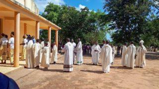 Der Bischof und die Priester kommen in die Kirche. Foto: Sr. Theresia Lehmeier/SMMP