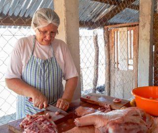 Schwester Fátima schneidet das Fett des geschlachteten Schweines in kleine Stücke. Foto: Sr. Theresia Lehmeier/SMMP