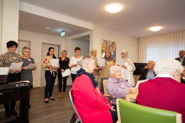 Das Team der Senioren-WG St. Lambertus singt für die Bewohner und mit ihnen. (Foto: SMMP/Beer)