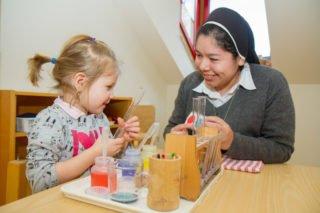 Schwester Lizeth Villaroel Cartagena arbeitete ein Jahr lang ind er Montekita am Bergkloster Bestwig. Hier mischt sie mit der dreijährigen Mila Farben. Foto: SMMP/Ulrich Bock