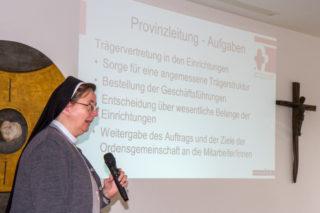 """Schwester Anna Maria Hovest erklärt den Aufbau des """"Sozialunternehmens SMMP"""". Foto: SMMP/Ulrich Bock"""