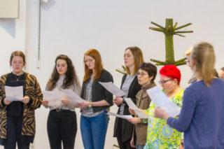 Den Abschlussgottesdienst gestaltet der Projektchor mit. Der hat zuvor mit den beiden Musiklehrerinnen Jorinde Jelen und Elke Schroeder Lieder eingeübt. Foto: SMMP/Ulrich Bock