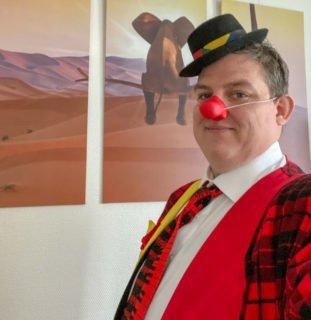 Alexander Hauffen zieht im Haus St. Josef in Wadersloh wieder das Clownskostüm an. Foto: SMMP