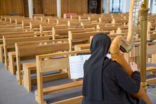 Die KIrche ist leer. Aber die Ordensschwestern hören in ihren Zimmern zu. Foto: SMMP/Ulrich Bock