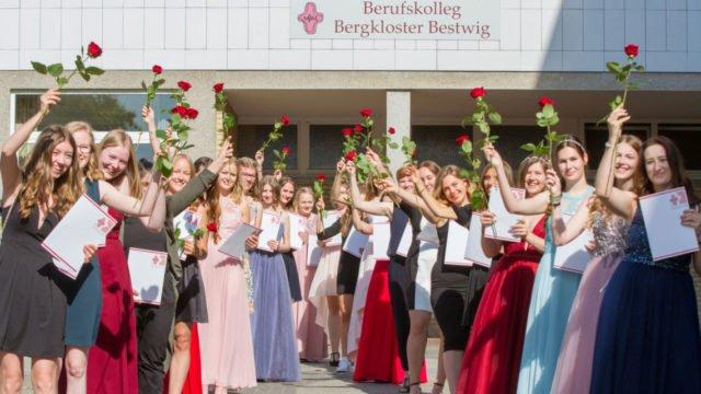 Diese Abiturientinnen des beruflichen Gymnasiums mit Schwerpunkt Erziehung und Soziales am Berufskolleg Bergkloster Bestwig freuen sich über die allgemeine Hochschulreife. Foto: SMMP/Ulrich Bock