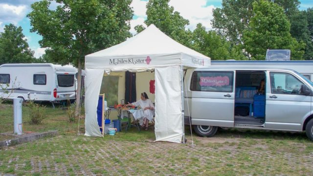 Mitten zwischen den Campingwagen lockte das Mobile Kloster neugierige Besucher an. Foto: SMMP