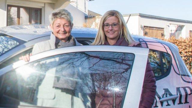 Nach 24 Jahren übergibt Birgit Funke (l.) die Leitung des ambulanten Dienstes an ihre bisherige Stellvertreterin Linda Manske (r.) – hier bei einem Fototermin im Januar 2019.. Foto: SMMP/Ulrich Bock