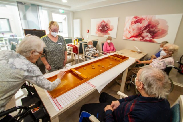 Beim Jakkolo-Spiel messen sich die Seniorinnen und Senioren im neuen Haus St. Martin in Geschick und Treffsicherheit. Foto: SMMP/Ulrich Bock