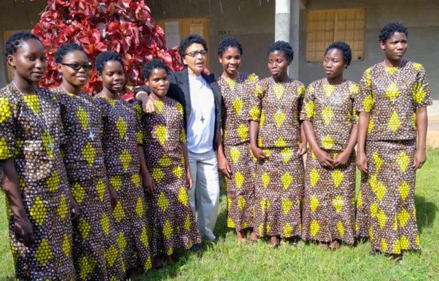 Schwester Conceição de Maria Gomes e Sousa zwischen den acht Schwestern, die in Mosambik ihre erste Profess abgelegt haben. Foto: SMMP