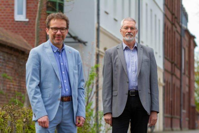 Geschäftsführer Andreas Pfläging (l.) begrüßt Detlef Katzki als neuen Leiter der Bildungsakademie Canisiusstift.