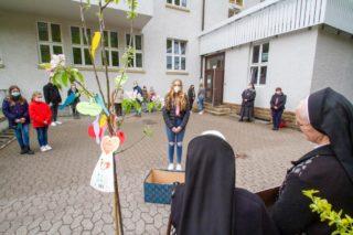 Dank mit Abstand: SV-Vertreterinnen und -vertreter des Gymnasiums und der Realschule füllen Schwester Raphaela Maria und Schwester Heriburg einen Geschenkkorb.