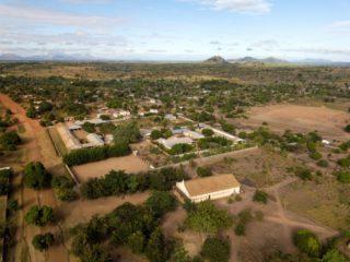 Das Gelände der Schwestern der heiligen Maria Magdalea Postel in Metarica in Mosambik liegt abgeschieden im Landesinneren. Foto (Drohnenbild): Florian Kopp/SMMP