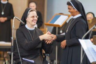 Auch Schwester Prisca Dungdung erhält den Ring als Zeichen ihrer Ewigen Gelübde. Foto: SMMP/Ulrich Bock