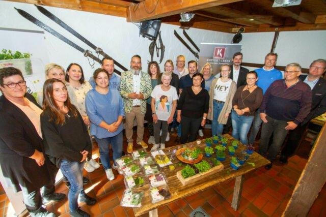 Ein Gruppenbild hinter Kressen und Kräutern. Foto: SMMP/Ulrich Bock